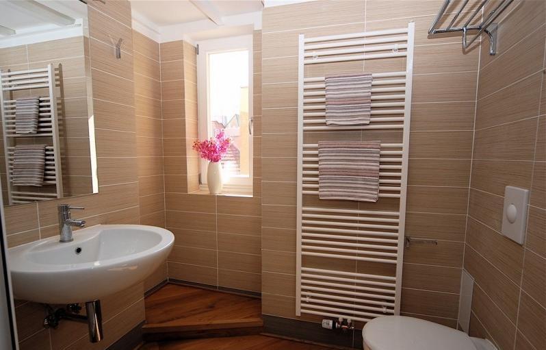 Appartementen - Badkamer met parketvloer ...